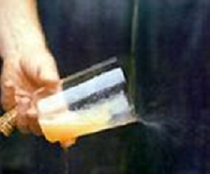 Forma de coger un vaso para escanciar sidra